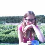 Karlijn probeert haar Jajem op te eten